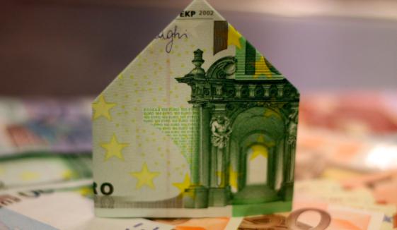 C'est une maison construite en origami de billets de 100 et 50 euros