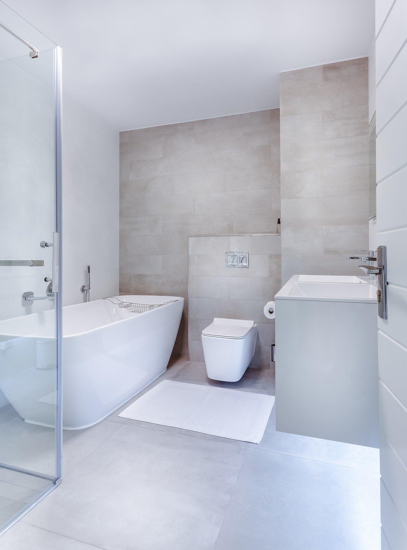 Il y a une salle de bain moderne qu'on aimerait tous avec chez soi. Une salle de bain à dominance de blanc et beige qui peut faire partie d'un grand appartement de luxe ou une maison avec suite parentale et beaucoup de chambres.